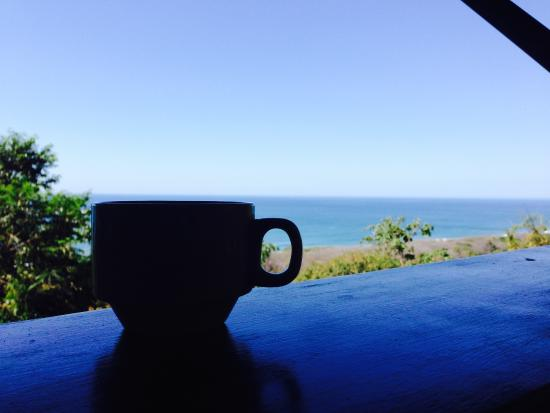 Gumbo Limbo Villas: Coffee at breakfast. This is your view!