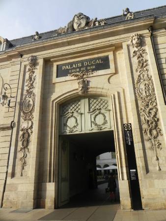 Ducal Palace: одна из боковых дверей