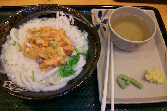 Hanamarudon Shibuya Park Dori : A delicious bowl of kake udon with a vegetable tempura, wasabi, ginger and green tea