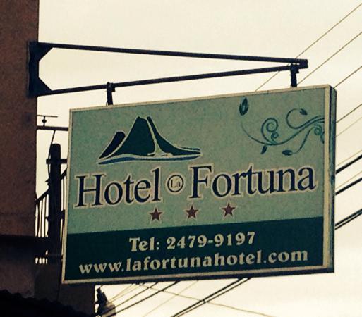 Hotel La Fortuna: Hotel sign