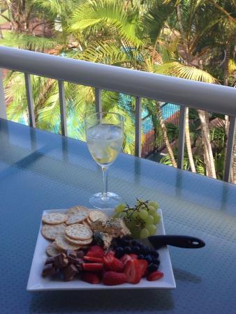 Headland Gardens Holiday Apartments Sunshine Coast : Sitting on balcony overlooking pool & enjoying sea breeze - lovely