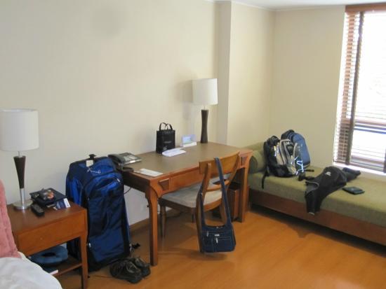 Hotel Estelar Suites Jones: Desk area with couch