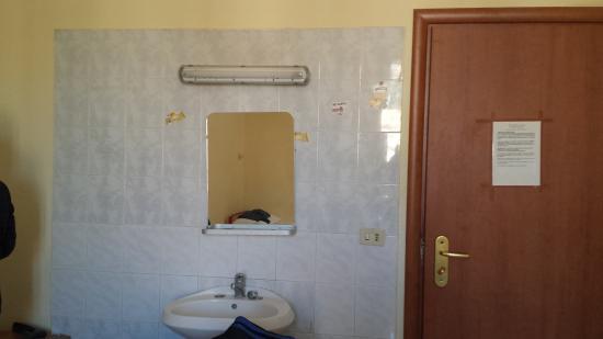 Hotel Positano: Lavandino in camera