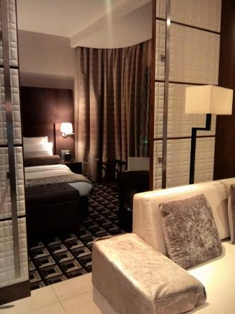 Oaks Liwa Executive Suites: hall to bed