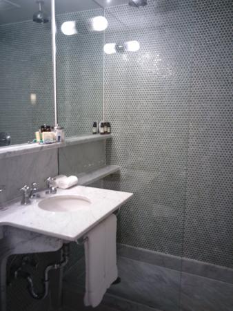 The Maritime Hotel: Room bathroom