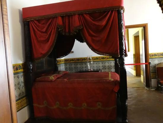 Museo Bolivariano : O quarto com a cama toda estilosa