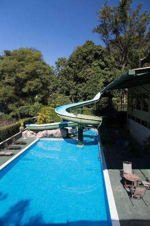Hotel Posada de Don Rodrigo Panajachel: Pool and Water slide