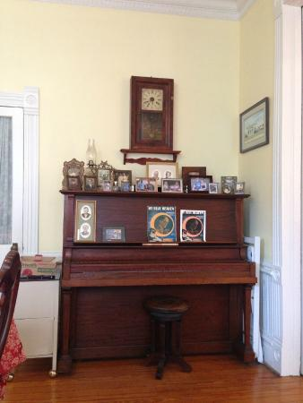 Blue Heaven Bed and Breakfast: Piano in the dining room for breakfast