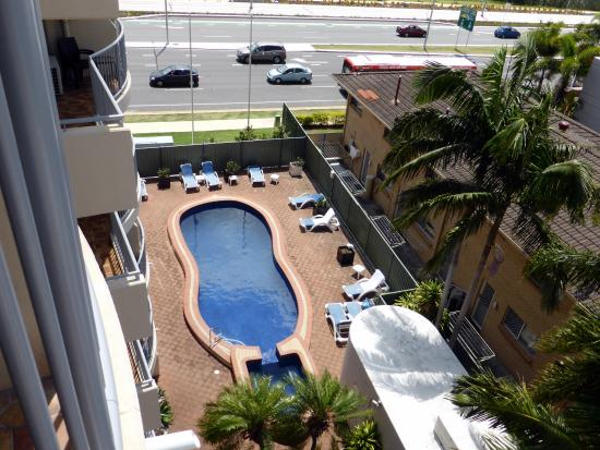 Broadbeach Travel Inn Apartments : The pool is a popular spot for families