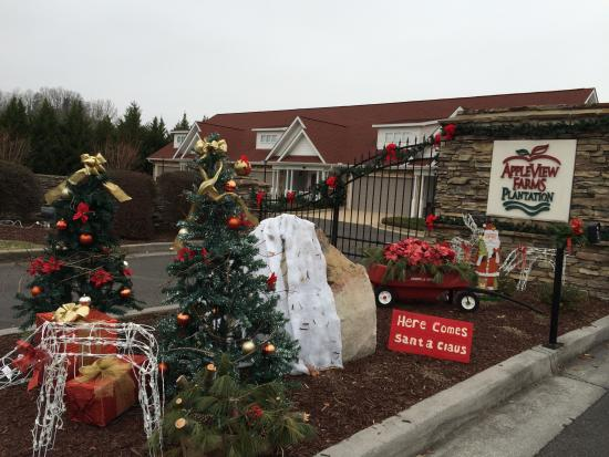 Appleview River Resort: Gated entrance decorated for the holidays
