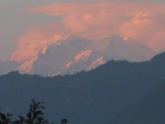 Himalayan Eagle Resort: sunset view from the hotel