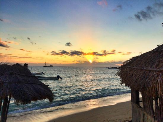Mana Lagoon Backpackers: Sunset at mana