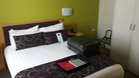 Rydges North Sydney: Queen suite main bedroom. Very comfy beds ☺