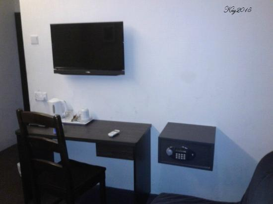 Broadway Hotel Singapore: tv and complimentary coffee n tea