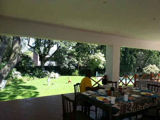 4Living Guest House: Enjoying breakfast on the terrace as the children play in the garden