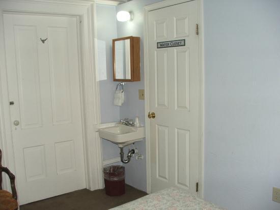 Silver Queen Hotel: Left door to another room , right door goes to the bathroom