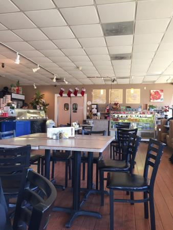 Zoey's Café and All Natural Ice Cream: Zoeys- where's the service?