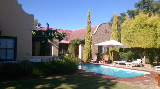 Villa Tarentaal : Rum mot trädgård och pool