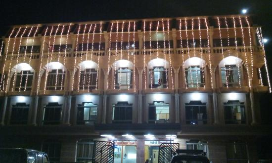 Hotel Dreamland : at night