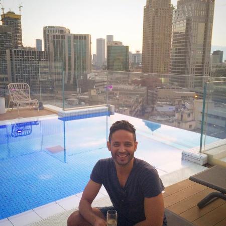 Hotel Indigo Tel Aviv - Diamond District: at the pool of the hotel, over looking Tel Aviv