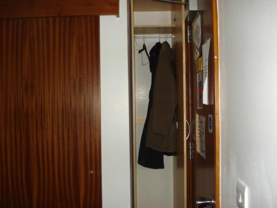 Acorn Lodge Gatwick : Wardrobe