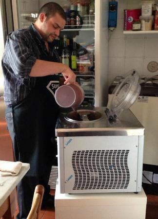 Locanda la Pietra: Il proprietario in fase di mantecazione del gelato artigianale al cioccolato