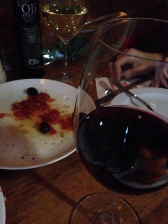 Lola Bistro: Buen vino del Montsant (0,50€!!!) con tartar de tomate con bacalao