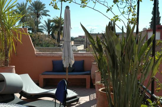 Riad Nora: Terrasse sous le soleil hivernal
