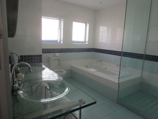 Magellan's Passage : bathroom