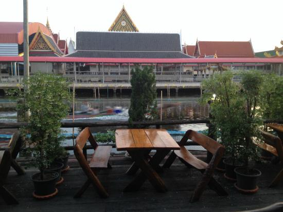 Princess Suvarnabhumi Airport Residence: tavoli colazione e il tempio
