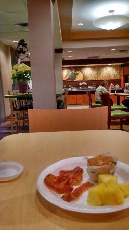 Fairfield Inn & Suites Winchester: Free breakfast