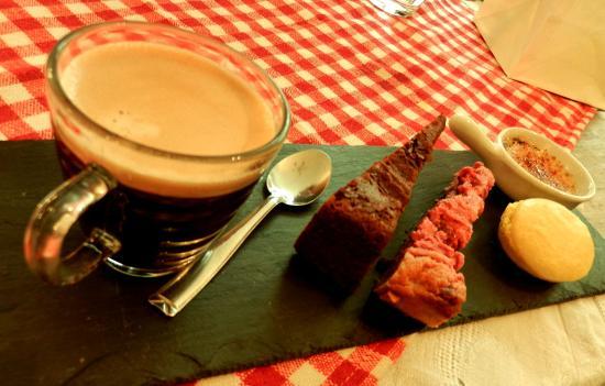 Arsenic et Vieilles Dentelles : Café Gourmand with this amazingly lemony macaron