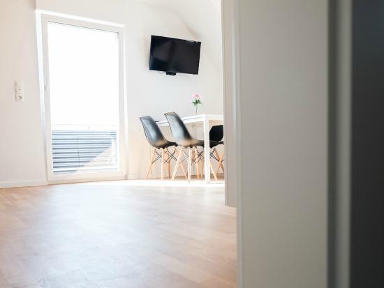 wohnzimmer mit fernseher - picture of ferienwohnung kirschbaum