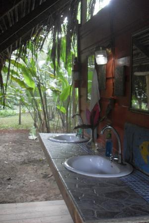 Parrot Nest Lodge: The shared sinks
