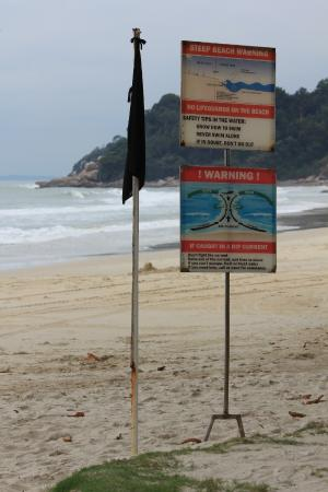 Lagoi, Indonesia: black flags from about Nov-March means no activities on the beach.  Not even a lifeguard.