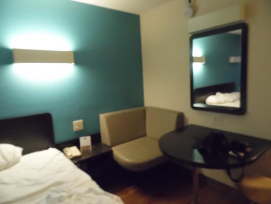 Motel 6 Dickson: Trendy style furnishings