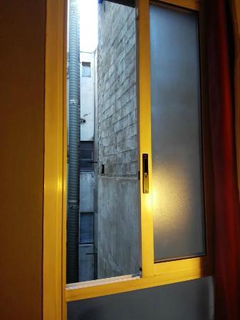 ILUNION Almirante: unica ventana de dormitorio