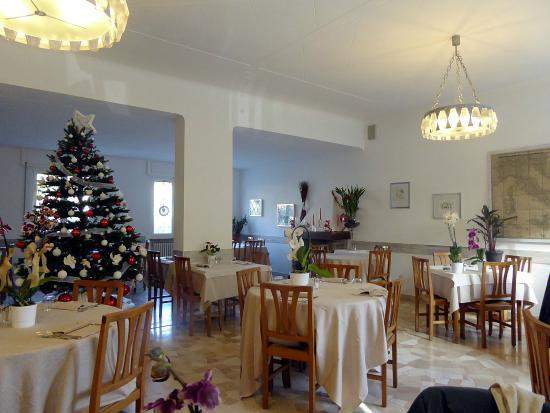 La sala da pranzo con lalbero di Natale - Picture of ...