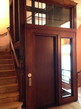 Gladstone Hotel: Elevator