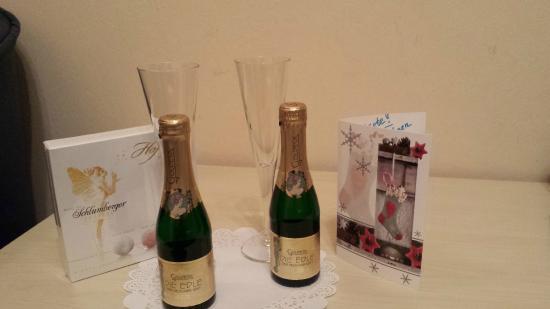 attentie met oudejaar : kaartje en schuimwijn...Dank U Hotel Bajazzo