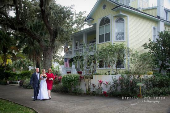 River Lily Inn Bed & Breakfast : What a beautiful setting for a wedding. Dec 2014