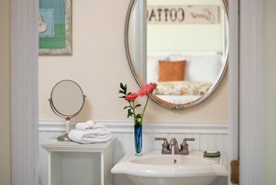 West Barnstable, MA: Moonglow bathroom