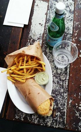 Un Mercato: Frokost med kyllingesandwich samt rosmarinfritter og basilikumsmayo!