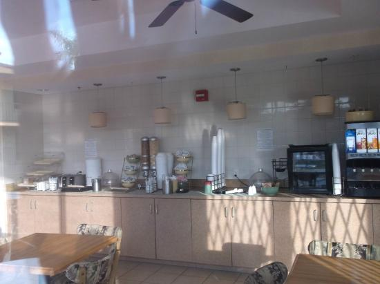 Econo Lodge Inn & Suites: breakfast room (closed in PM)