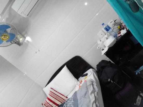 Canadian Hostel : my room, clean and simple.