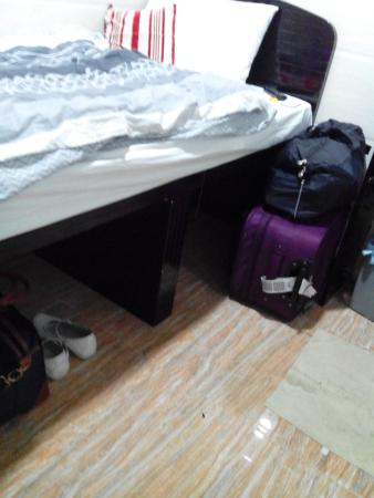 Canadian Hostel : under d bed, big space for luggage ;D
