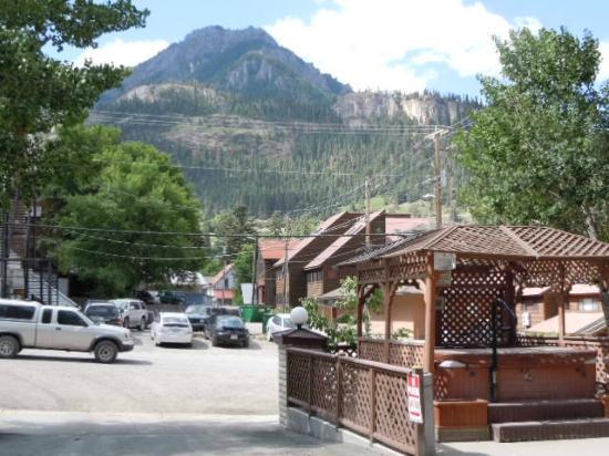 Ouray Chalet Inn: Patio & Hot Tub Area