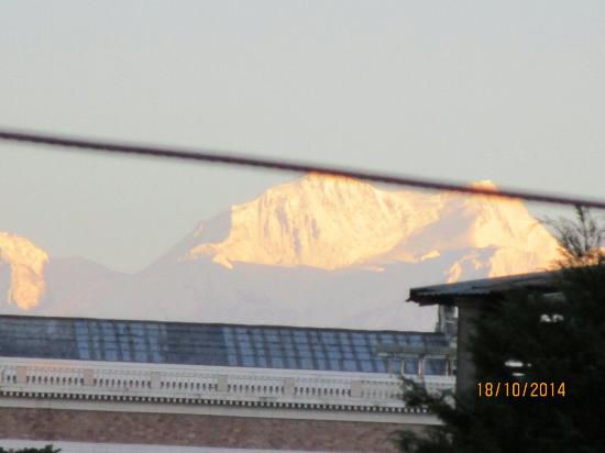 Hotel and Restaurant Shangri-la: Mighty Kanchenjunga from room no. 102