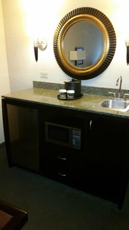 Embassy Suites by Hilton Fort Worth Downtown: Handy microwave and fridge area (Rm #610)