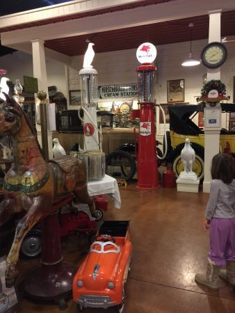 Marlene's Restaurant: Restaurant houses an Americana museum in the back.